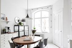 A+striking+monochrome+dining+area