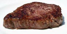 Chris si siede e io cerco di tagliare la bistecca col coltello dell'esercito, ma è troppo dura, così tiro fuori un coltello da caccia e uso quello.