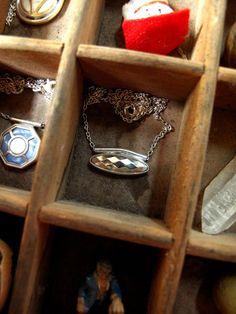 Collier manchette argenté aux facettes | Etsy Iris, Little Box, Class Ring, Diamond, Etsy, Jewelry, Veneers Teeth, Buttons, Necklaces