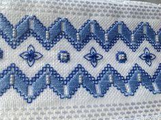 Toalha para lavabo ,cor branca,, Karsten Melina, de ótima qualidade; bordada a mão, com fio de algodão egípcio, pérolas ABS e acabamento com renda guipir importada. Toalha de primeira linha. Acompanha embalagem de tule com renda, gratuita.