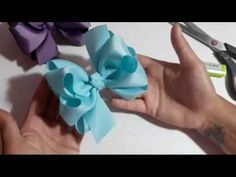 LAÇO BOUTIQUE TRIPLO - PASSO A PASSO - YouTube Tutorial Rosa, Hair Bow Tutorial, Rose Tutorial, Diy Hair Bows, Bow Hair Clips, High School Art Projects, Show Me The Money, Boutique Hair Bows, Ribbon Work