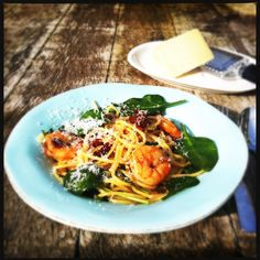 Lovely spaghetti with gamba's, sun dried tomatoes & spinach Turkish Recipes, Italian Recipes, Ethnic Recipes, Chicken Coconut Soup, Smoked Salmon Bagel, Great Recipes, Favorite Recipes, Delicious Recipes, Heart Healthy Diet