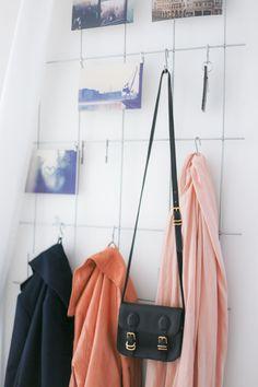 Hier findet ihr eine tolle DIY Idee für eine coole und günstige Garderobe, die ihr ganz einfach nachmachen könnt. So wird der Flur schön und individuell!