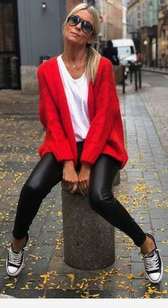 Converse, black pants and red cardigan Converse, schwarze Hose und rote Strickjacke Mode Outfits, Trendy Outfits, Fall Outfits, Red Fashion Outfits, Style Fashion, Red Cardigan Outfits, Cardigan Fashion, Look Blazer, Looks Black