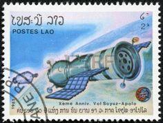 LAOS-CIRCA 1985 Un timbre imprim� au Laos montre vol exp�rimental de la fus�e Soyouz et Apollo, vers 1985 photo