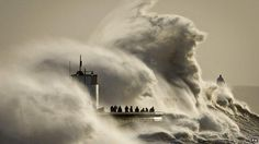 イギリスは冬の嵐で、8メートルもの高波が発生!イギリス全土数十カ所で洪水の危機。避難勧告がでてるところもあるらしい。⇒UK storms: Giant waves hit amid… http://bbc.in/1azL5zo pic.twitter.com/HmgLLqKa21
