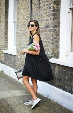 i love this simple black dress with converse look its supper cute and casual. perfect for the summer time Street Style Outfits, Looks Street Style, Mode Outfits, Looks Style, Looks Cool, Black Outfits, Dress With Converse, Dresses With Tennis Shoes, Simple Black Dress