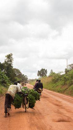 Ein Roadtrip durch Uganda heißt auch viel Geduld und Zeit mitzubringen. Auf Straßen mit solchen Schlaglöchern dauert es eben länger.