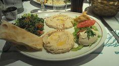 Assortiment de 5 mezzés (purée de pois chiches, caviar d'aubergines, taboulé vert libanais, falafel, fatayer)  / Les cèdres du liban - Paris 15   #libanais (avis complet sur le blog)