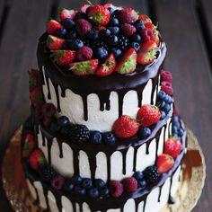 «Как же давно я хотела сделать такой торт) ❤ 6кг шоколаднейшего брауни с сырно-сливочным кремом с натуральной ванилью малышу на годик  А ещё…»