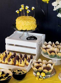 Rose cake amarillo con abejas voladoras de fondant. Tarta de cumpleaños de la Abeja Maya. Rose cake and fondant bees