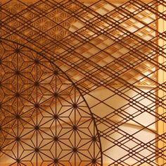 日本の伝統工芸『組子』を知っていますか?まるでレースのような繊細な模様は、全て木で出来ています。職人の手仕事によって作り出される美しい模様は、直線的な幾何学模様...