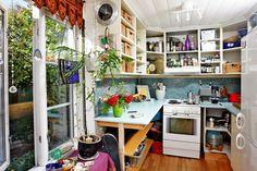 Blanding: Kjøkkenet er det beste av det gamle og det nye. Kjøkkenhyllene er gamle reoler, benkene gamle kontorplater. Men gulvet er nytt, av heltre bøk.