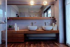 Egyedi modern fa bútorok, nyers, semleges falszínek és egy nagy terasz | Lakberendezés, Lakberendező, Lakberendezési Ötletek, Építészet