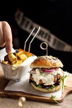 Hamburguesa casera con salsa de queso azul con Casimiro Mahou Cerveza Ale - Jaleo en la Cocina Burger Menu, Gourmet Burgers, Burger Recipes, Beef Recipes, Cooking Recipes, Burger World, Indian Food Recipes, Ethnic Recipes, Pub Food