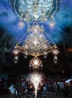 うめだ阪急にクリスマスシーズンの名物イルミネーション「ミラーボールヒンメリ」が登場。2015年11月26日(木)から12月25日(金)まで9階祝祭広場にて暖かな光を放つ。全長8mの「ミラーボールヒンメ...