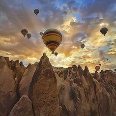 A vida é um caminho longo onde você é mestre e aluno. Algumas vezes você ensina mas todos os dias você aprende. Bom dia! Linda foto de Veronique Yang céu da Capadócia. @OlhardeMahel @golden_heart #Capadócia #imagem #bomdia #amanhecer #fotografia #fotógrafa #reflexão #pensamentododia #sol #filosofia #novodia #pensenisso #olhardemahel #fpolhares #thinking #Turkey #goodmorning #cappadocia #photography #photographer #image #sunrise #sun http://ift.tt/2kbiqfe
