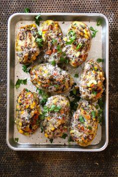 Dobbelbakte poteter - ett helt måltid i en potet! Kan lages på forhånd og fryses. For denne og andre gode middagsoppskrifter besøk bloggen Mat på Bordet.
