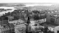 Keskustori 1920-luvulla kuvattuna. Lähde: Tampere-Seuran kuva-arkisto. Frenckellin savupiipusta otettu kuva 1920-luvulta on vaatinut kuvaajalta huimapäisyyttä. Jo pelkästään sadan vuoden takaisen kuvauskaluston raahaaminen savupiipun huipulle on ollut uroteko. Nykyään kaluston vieminen ylös ei olisi juttu eikä mikään, mutta kiipeämisen kannalta oleelliset tikapuut puuttuvat. Finland, Paris Skyline, Louvre, Building, Painting, Travel, Historia, Viajes, Buildings