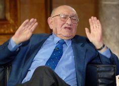 """Der Literatur-Nobelpreisträger, sagte Reich-Ranicki der """"Frankfurter Allgemeinen Sonntagszeitung"""" (""""FAS""""/Sonntag), stelle """"die Welt auf den Kopf"""". """"Der Iran will Israel auslöschen, das kündigt der Präsident immer wieder an, und Günter #Grass dichtet das Gegenteil. Das ist eine Gemeinheit, so etwas zu publizieren"""", betonte #Reich-Ranicki, der aus einer jüdischen Familie stammt."""