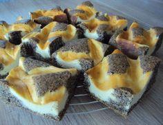 Für den Kuchen der Mohn-Topfenschnitte: Eidotter mit Zucker, Wasser und Öl schaumig rühren. Das Eiklar zu Schnee schlagen und abwechselnd mit dem