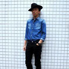 電台 DJ 梁文禮穿上 「White Label」 牛仔恤衫同黑色牛仔褲,襯上 Cowboy Hat ,保存傳統牛仔造型之餘亦加添現代感!「White Label」 系列之限於銅鑼灣白沙道旗艦店獨家發售。