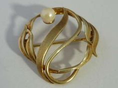 """It features a beautiful pearl. It is fully hallmarked on the back and the pin with the London assay import mark, the makers mark and date letter """"m"""" for Gold Brooches, Vintage Brooches, Gold Tie, Pearl Brooch, Pearl Flower, Mother Pearl, Carat Gold, Silver Enamel, Gold Rings"""