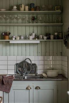 Interior Decorating Styles – Part Three – The to Mid Century – Industrial Decor Modern Grey Kitchen, Grey Kitchen Designs, Rustic Kitchen, Interior Design Kitchen, Kitchen Decor, Kitchen Ideas, Interior Livingroom, Modern Bathroom, Shaker Style Kitchen Cabinets