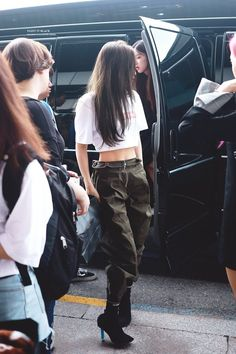 We all know that BLACKPINK's Jennie looks fantastic in all of her stage outfits but Jennie doesn't even need to wear anything special to stand out. Blackpink Outfits, Kpop Fashion Outfits, Blackpink Fashion, Stage Outfits, Korean Outfits, Asian Fashion, Fashion Pants, Casual Outfits, Womens Fashion
