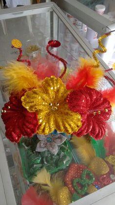 Peineta de carnaval Rehearsal Dinners, Felt Flowers, Christmas Wreaths, Holiday Decor, Crafts, Ideas, Carnival Parties, Fails, Felted Flowers