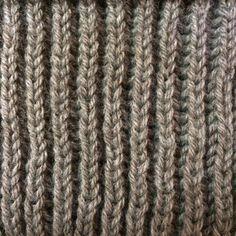 tricoter en côtes perlées Visuellement, les côtes perlées sont un point de tricot qui ressemble aux côtes 1/1, avec du relief en plus. Pourquoi choisir les côtes perlées?  ♥ C'est un point réversible. Pas besoin de se prendre la tête pour montrer seulement le joli côté de son écharpe ou de son snood, les deux faces sont identiques. Seul un(e) tricoteur(teuse) averti(e) saura distinguer l'endroit de l'envers en observant les rangs de montage. ♥ C'est un point épais.