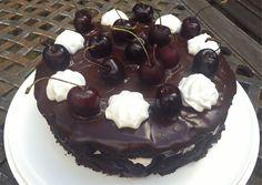 Idea vegaaniseen suklaaöveri-kirsikkakakkuun lähti siitä, kun halusin leipoa oikein tuhdin ja aikuiseen makuun sopivan kakun. Koska kirsikat olivat vielä satokautensa huipulla, valikoituivat ne kak…