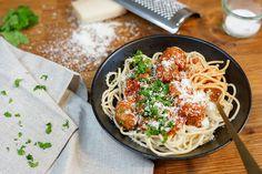 Spaghetti med kødboller - Opskrift på saftige kødboller i tomatsovs ligesom i lady og vagabonden - Italiensk mad Spaghetti Bolognese, Ethnic Recipes, Food, Lady, Italy Food, Recipies, Essen, Meals, Yemek