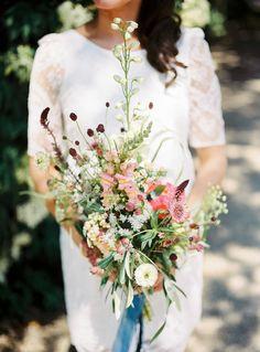 Veel verschillende bloemen, perfect voor een bohemian bruiloft! // Foto: Hanke Arkenbout // Girls of honour