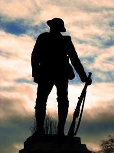 Lest We Forget Anzac Soldiers, Ww1 Soldiers, Canadian Soldiers, British Soldier, Remembrance Day Pictures, Remembrance Day Art, Remembrance Tattoos, Lest We Forget Tattoo, Soldier Silhouette