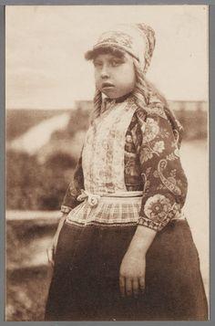 Een Marker meisje in dracht. 1905-1915 #NoordHolland #Marken