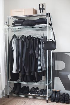 30 schicke und moderne Open Closet-Ideen für die Präsentation Ihrer Garderobe No closet? No problem! If you are short on closet space and wardrobe storage, then an open closet concept may be the solution for you. Open closets are exciting because you can Closet Bedroom, Closet Space, Walk In Closet, Bedroom Storage, Shoe Closet, Black Closet, Diy Bedroom, Hallway Closet, Ikea Closet
