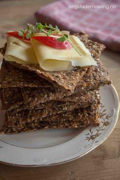 Hjemmelagede knekkebrød er et godt alternativ til både brød og kjøpeknekkebrød om du vil redusere på FODMAPs i kostholdet ditt. Disse inneholder godt med fiber, og vil holde deg mett lenge. Dette t…