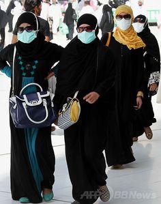 イスラム教の聖地サウジアラビアのメッカ(Mecca)で、マスク姿で聖モスク(Grand Mosque)のカーバ(Kaaba)神殿に向かうイスラム教巡礼者(2014年5月27日撮影、資料写真)。(c)AFP ▼10Jul2014AFP|MERS、アジアでの感染拡大の可能性は低い WHO http://www.afpbb.com/articles/-/3020231 #Mecca #procedure_mask #surgical_mask