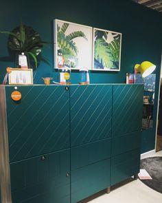Le meuble ton sur ton avec le mur vert émeraude, j'adore. Vu chez le géant suédois l'autre jour. Vous aimez ? #ikeadesign #ikeafurniture #emeraldgreen #émeraude #greenwalldesign #murvert Ikea, Buffet, Dresser, House Design, Interiors, Cabinet, Storage, Furniture, Home Decor
