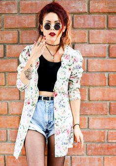 Luanna Perez gorgeous outfit for spring with highwaisted shorts, cropped top, floral print jacket and vintage sunglasses. her red hair makes it complete^^ Hipster Grunge, 90s Grunge, Estilo Grunge, 90s Fashion Grunge, Grunge Girl, Hipster Fashion, Grunge Outfits, Pastel Grunge, Fashion Guys