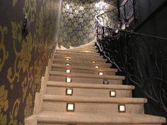 Escaleras realizadas en piedra natural suministrada por Olnasa para un hotel en Vinacua