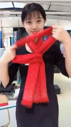 How To Tie A Blanket Scarf In 8 Stunning & Unique Ways - AmigurumiHouse Ways To Tie Scarves, Ways To Wear A Scarf, How To Wear Scarves, Scarf Knots, Diy Scarf, Diy Fashion, Fashion Outfits, Fashion Tips, Scarf Styles
