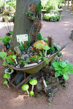 Jardim em um carrinho de mão.  http://www.1001gardens.org/2014/10/wheelbarrow-fairy-garden-2/