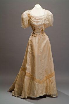 Dress, late nineteenth century, Colección Museo de Historia Mexicana