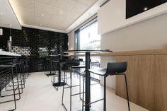 ZOLA: Zola Negro Mate - 10x20cm. | Revestimiento - Pasta Roja | VIVES Azulejos y Gres S.A. #balncoynegro #interiordesign | #Vives Azulejos y Gres