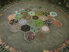 entre tots Land Art, Mandala Nature, Mandala Art, Art Et Nature, Nature Crafts, Art Environnemental, Ephemeral Art, Sensory Garden, Inspiration Art