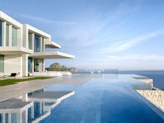Les villas de luxe, l'architecte espagnol Ramón Esteve en a fait sa spécialité. Sa dernière réalisation, une somptueuse villa juchée tout en haut d'une colline à Alicante, en Espagne, reprend ... #maisonAPart
