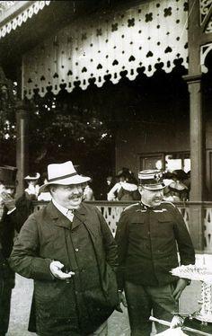 O Rei D. Carlos I durante um torneio de florete por si presidido na Tapada da Ajuda, acompanhado pelo seu irmão, Infante D. Afonso de Bragança, Duque do Porto, © Joshua Benoliel, 1907
