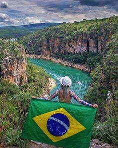 O belíssimo Mar de Minas, como é conhecido o Lago de Furnas, é gigante! 4x maior do que Baía de Guanabara e suas águas são azuizinhas, cristalinas e deliciosas! Fizemos o passeio pelo lago e ficamos encantados com a beleza e a imensidão do lugar. As cachoeiras que desaguam no Lago de Furnas são de tirar o fôlego! Do alto dos cânions, a vista é espetacular. O lugar é indescritivelmente lindo! Um verdadeiro paraíso!